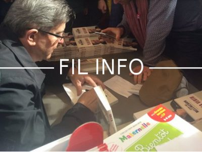 Jean-Luc Mélenchon, candidat au présidentielle, signe son livre au Salon du livre de Paris, vendredi 24 mars. DR