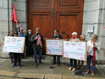 Des militants PCF et leur secrétaire départemental Jérémie Giono, le 15 septembre 2021, devant la permanence d'Emilie Chalas, où ils lui ont remis un document symbolisant le démantèlement du statut des fonctionnaires qu'implique la