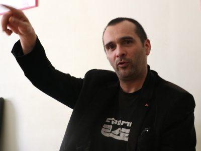 Pascal Clérotte dénonce les pratiques de certains journalistes de la presse quotidienne régionale, qu'il juge trop proches du microcosme politique local.