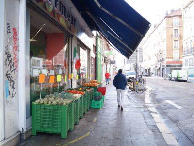 Petit commerce de fruits et légumes, sur le Cours Berriat, à Grenoble. © Léa Raymond placegrenet.fr