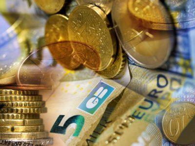Argent, économie, pièces de monnaies et billets d'euros, carte banquaire © Chloé Ponset - Place Gre'net