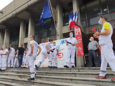 Les ambulanciers manifestent devant l'Hôtel de Ville de Grenoble pour réclamer un changement de statut
