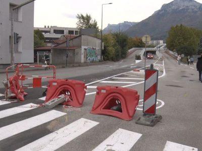 La voie dans le sens Grenoble - Fontaine du pont Esclangon toujours interdite aux véhicules motorisés. © Joël Kermabon - Place Gre'net