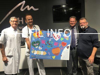 L'association Trans-Forme a remis ce mardi 18 septembre le tableau « cœurs d'écoliers » au chef du service de transplantation rénale du CHU de Grenoble.