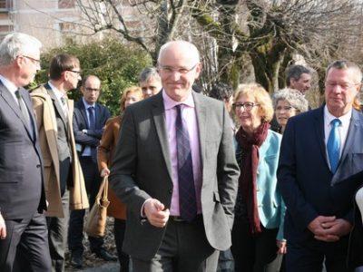 Thierry Repentin, délégué à la mixité sociale a signé la cession d'un ancien site de l'armée à La Tronche qui accueillera familles, étudiants et chercheurs.