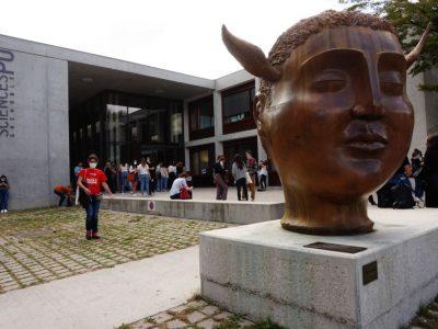 Sciences Po, vue extérieure avec étudiants masqués. © Simon Marseille - Place Gre'net