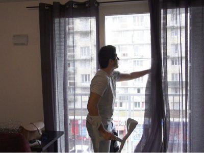 La Métropole, en partenariat avec l'Ademe, a mis en place un dispositif d'aide destiné aux propriétaires de logements exposés à de fortes nuisances sonores.« Une fois la fenêtre fermée, c'est nickel ! ». © Joël Kermabon - Place Gre'net