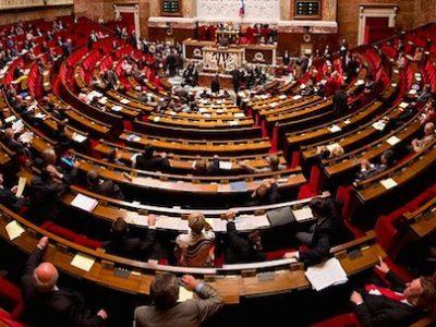 L'hémicycle de l'Assemblée Nationale où siègent les 577 députés. @ Tmorlier - Wikimedia Commons