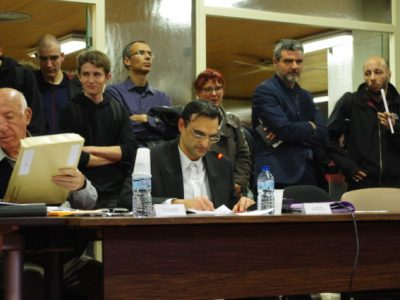 L'élu d'extrême-droite avait tenu des propos envers les Roms jugés inacceptables. Seule une décision de justice peut le contraindre à la démission.