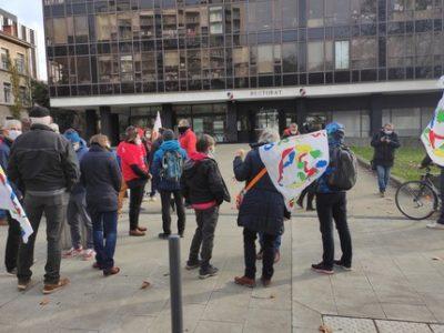 Privés de gymnase, les professeurs d'EPS manifestent devant le rectorat de Grenoble
