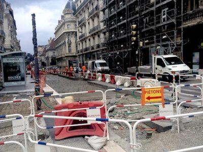 Deux ans après la mise en route de la piétonisation et des restrictions de circulation dans l'hyper-centre de Grenoble, on y voit toujours aussi peu clair.