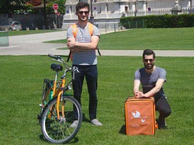 UNE Alexandre Compain et David Bidard, cofondateurs d'Eazyshop, service de livraisons à vélo de produits alimentaires frais, sur Grenoble et dans sa proche banlieue. DR