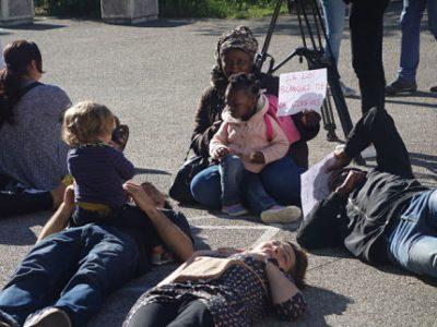 Opération de mort-sur-place (die-in) jeudi 13 juin 2019 à l'école Léon Jouhaux de Grenoble contre le projet de loi pour une école de la confiance, jeudi 13 juin 2019 DR