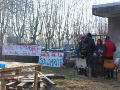 Grenoble annonce avoir livré une centaine de repas aux migrants hébergés au Patio sur le campus. Une livraison faite contre l'avis des militants sur place…