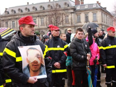 marche silencieuse des pompiers de l'isère en hommage au pompier Quentin Charron blessé lors d'une manifestation