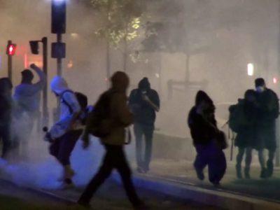 Manifestation Nuit debout contre le 49.3 le 10 mai 2016 à Grenoble. Gaz lacrymogène © Joël Kermabon - placegrenet.fr