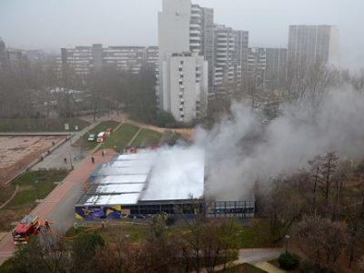 La piscine Iris en feu, quartier la Villeneuve, Grenoble, le 6 décembre 2017. © Le Crieur