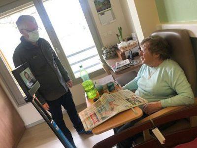 UNE Confinés dans leur chambre pendant la pandémie de coronavirus, certains résidents des Ehpad de la Région Auvergne-Rhône-Alpes bénéficient du robot de téléprésence pour converser avec un proche à distance DR