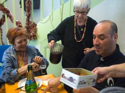 Bénévole au Restaurant du cœur à Grenoble, lors du repas de Noël 2016. © Yuliya Ruzhechka - Placegrenet.fr