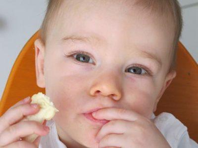 UNE Enfant qui grignote un biscuit © Séverine Cattiaux - Placegrenet.fr