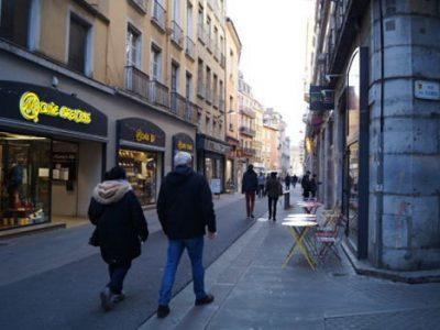 UNE rue piétonne et commerçante à Grenoble crédit Léa Raymond