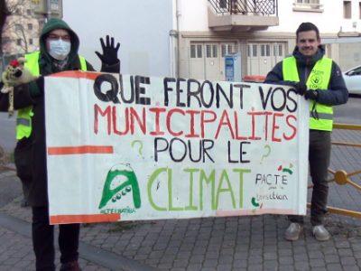 Les candidats aux élections municipales interpellés devant l'école Vallier. © Joël Kermabon - Place Gre'net