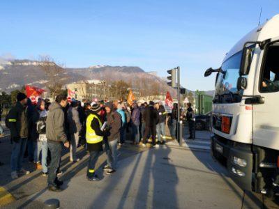 Près d'une centaines de salariés du CEA ont bloqué l'une des entrées du CEA pour défendre leurs salaires. © Joël Kermabon - Place Gre'net