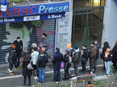 File d'attente d'acheteurs de Charlie Hebdo devant un bureau de tabac à Grenoble. © Paul Turenne - placegrenet.fr
