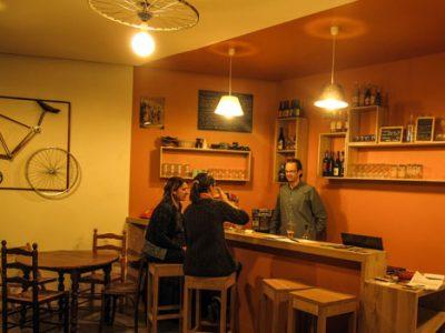 Moment de partage au comptoir du café-vélo de Grenoble