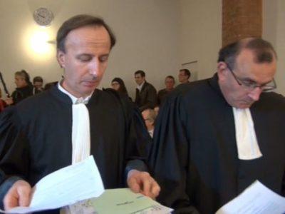 Avocats lisant leurs notes de plaidoirie lors de l'audience au tribunal administratif de Grenoble jugeant les recours des opposants au Center Parcs de Roybon - © Joël Kermabon - placegrenet.fr
