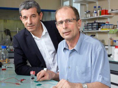 Philippe Cinquin et Serge Cosnier, inventeurs d'une biopile fonctionnant avec le glucose du corps humain et amenée à alimenter les stimulateurs cardiaques.