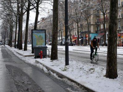 Un cycliste roule sur le cours Jean Jaurès déneigé à Grenoble. © Paul Turenne - placegrenet.fr