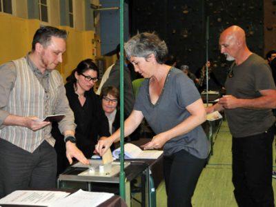 Une électrice s'apprête à déposer son bulletin dans l'urne face à un assesseur dans un Bureau de vote à Grenoble à l'occasion du second tour des élections départementales © Muriel Beaudoing - placegrenet.fr