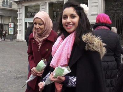 Distribution de roses avec des hadiths du prophète Mohamed prônant la paix et la tolérance dans le centre-ville de Grenoble par des citoyens de confession musulmane © Joël Kermabon - placegenet.fr