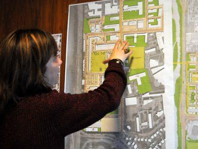 Elisa Martin, première adjointe à la tranquillité publique à Grenoble devant un plan du quartier Mistral. © Paul Turenne - placegrenet.fr