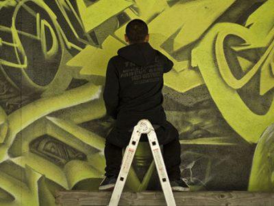 Les graffeurs du crew ou collectif La Ruche à Grenoble effectuent leurs graffs art urbain sur les murs dans toute la ville.