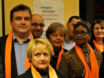 Philippe de Longevialle tête de liste de Imagine Grenoble entourés de ses colistiers dont Marie-Claire Népi lors de la présentation de son programme dans son local de campagne