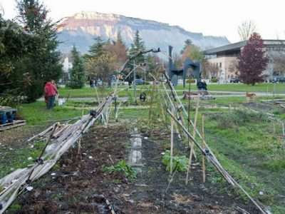 Les Jardins d'utopie sur le campus de Saint-Martin-d'Hères où des étudiants cultivent leur légume en autogestion contre la direction de la fac et la police Vue sur la serre et la montagne