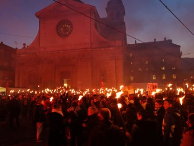Les manifestants rassemblés rue Félix-Poulat avant que la marche aux flambeaux ne s'élance. © Joël Kermabon - Place Gre'net
