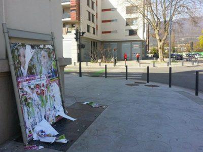 Affiches de propagande électorale pour les municipales déchirées rue Anatole France dans le quartier Mistral à Grenoble Crédit Sidonie Hadoux - placegrenet.fr