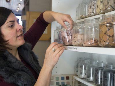 Mosaïste Guislaine Carrier dans son atelier