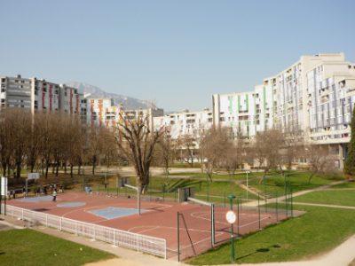 Au premier plan le parc Jean Verlhac, au second plan la galerie de l'Arlequin. DR