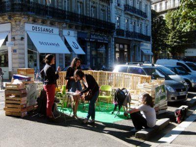 Park(ing) Day International à Grenoble : de jeunes écologistes occupent des places de parking dans le centre-ville.
