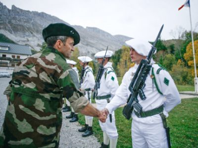 Le général Pierre-Joseph Givre saluant des chasseurs alpins de la 27e BIM. © Cellule communication du 4e RCH