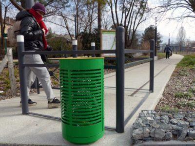 Une des nouvelles poubelles vertes et jaunes de tri sélectif installées dans les rues de Grenoble en février 2016. © Séverine Cattiaux - placegrenet.fr