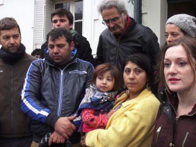 Une famille et des membres du collectif Stop expulsions. © Joël Kermabon - Place Gre'net