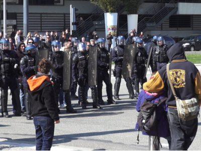 Face à face avec les policiers du corps urbain. © Joël Kermabon - Place Gre'net