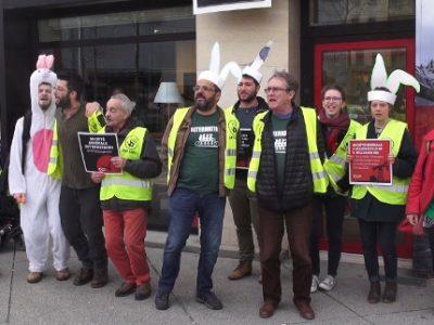 Alternatiba Grenoble et ANV Cop21 ont mené une action dans deux agences de la Société générale à Grenoble pour dénoncer son soutien aux énergies fossiles.© Joël Kermabon - Place Gre'net