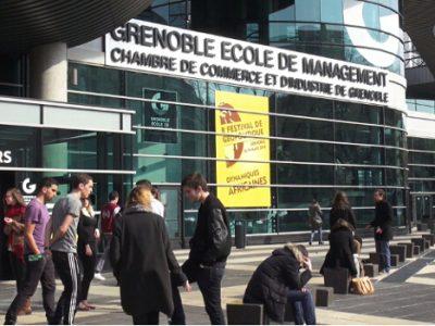 Parvis de Grenoble école de management qui vient de nouer une alliance avec EM Lyon. © Joël Kermabon - Place Gre'net