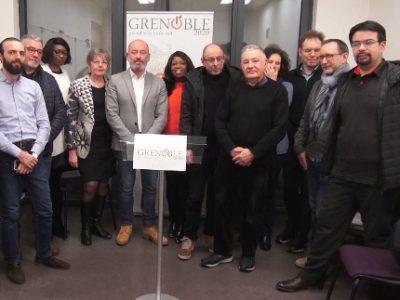 Des citoyens de tous horizons entourent Stéphane Gemmani. © Joël Kermabon - Place Gre'net